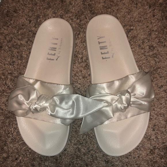 detailed look 68605 bcd11 Fenty Puma Rihanna Slides (Satin Bow in White) NWT